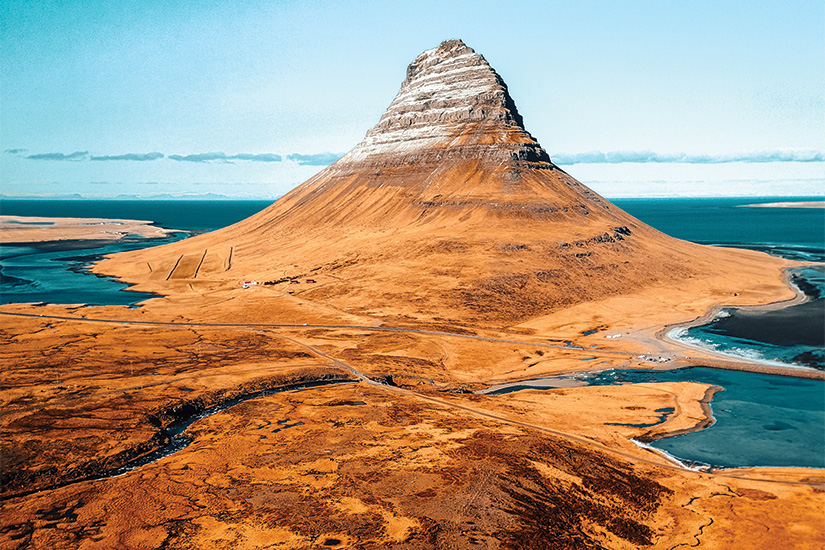 image 1 Vue aerienne de la montagne de Kirkjufell en Islande 42 it 870631474