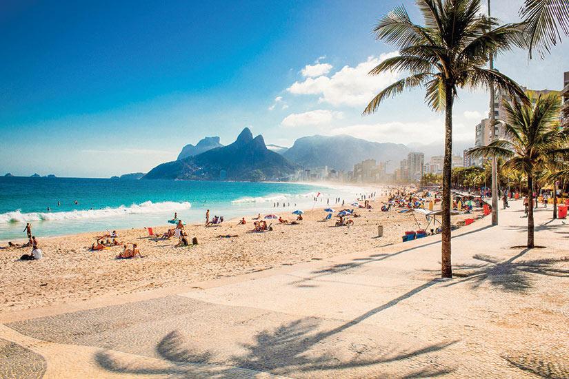 image Bresil Rio de Janeiro plage d Ipanema et le montagne Two Brothers  fo