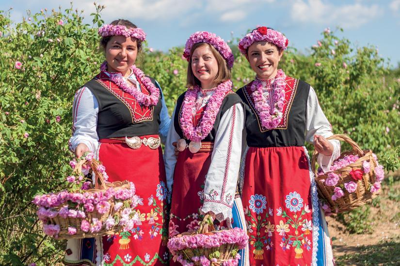 image Bulgarie filles posant pendant festival cueillette roses 13 as_85498122