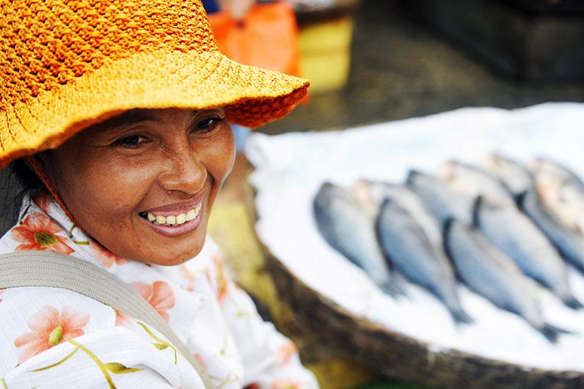 image Cambodge Femme vente poisson  fo