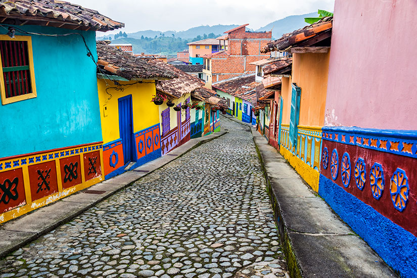 image Colombie Medellin Rue pavee colore  it