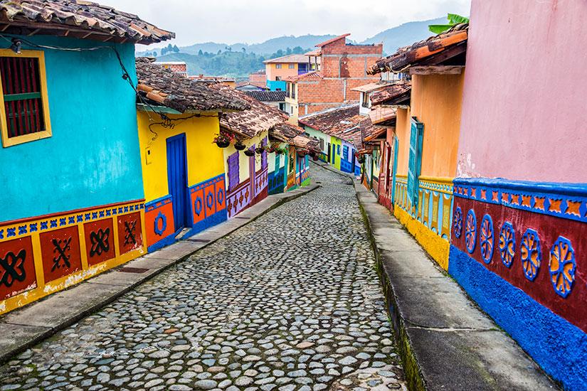 image Colombie Medellin Rue pavee colore  it