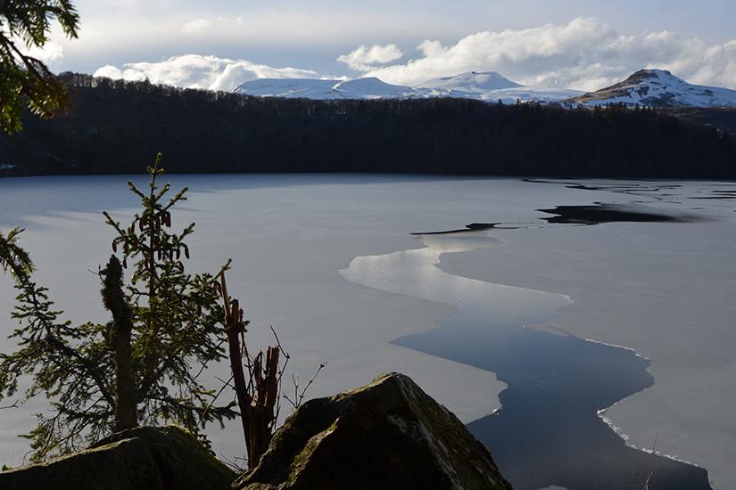image France Auvergne Lac Pavin hiver 63 as_196596941