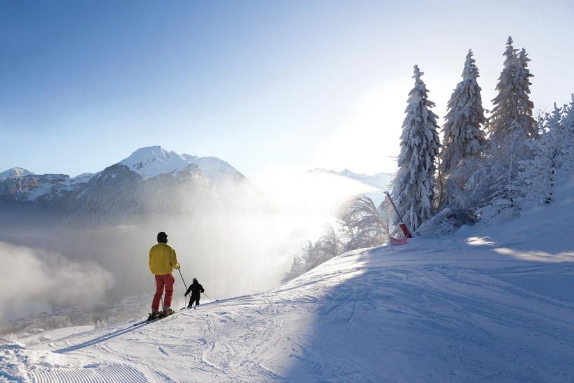 image France morzine les alpes skiers sapin vacances montagne station ski 11 as_107673889