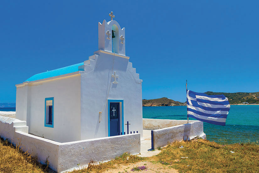 image Grece Paros eglise traditionnelle cycladique pres de la plage  fo