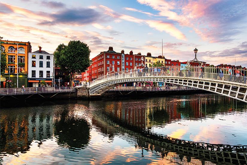 image Irlande Dublin vue de nuit du celebre pont illumine de Ha Penny au coucher du soleil 53 as_210717706