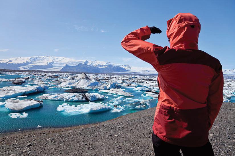 image Islande Lagon de Jokulsarlon Femme regardant l iceberg  it