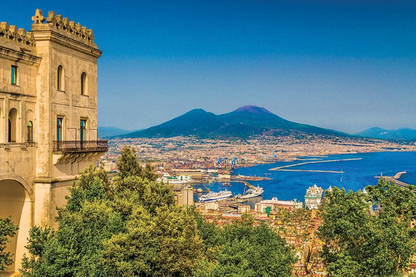 image Italie Campanie scenic vue de carte postale de la ville de Naples avec le celebre mont Vesueve  fo
