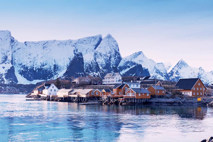 image Norvege ile lofoten hiver neige village pecheurs sakrisoy rorbu couleur ocre 32 it_496774230