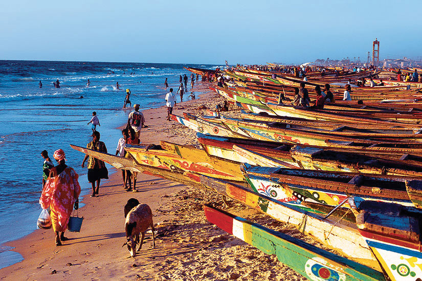 image Senegal Plage bateaux colorees