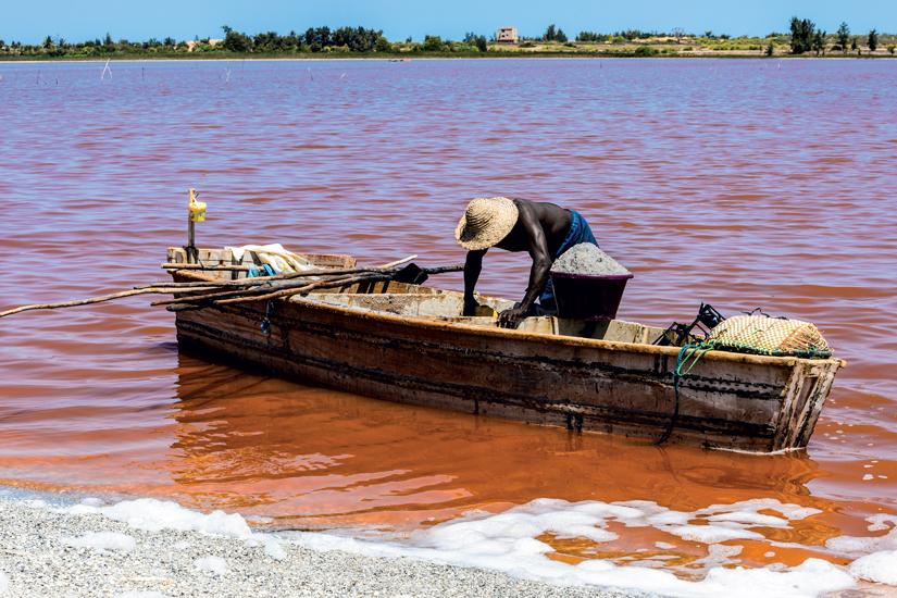 image Senegal homme africain bateau bois lac rouge appele lac retba lac rose 50 fo_86976789