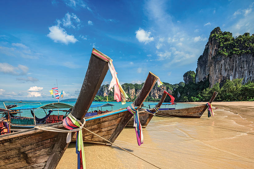 image Thailande Phuket longs bateaux de la queue sur la plage tropicale Railay  it