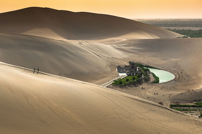 image chine gansu dunhuang lac crescent  it