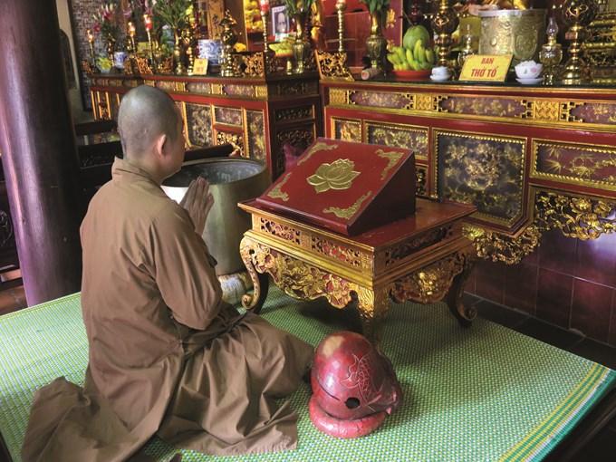 image vietnam moine priere