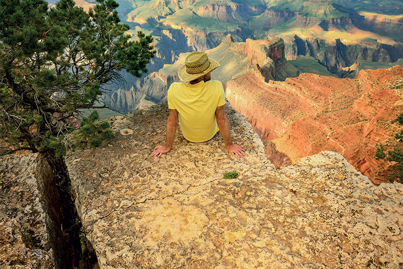 (image) image Jeune homme assis au bord du Grand Canyon 99 it 465537875