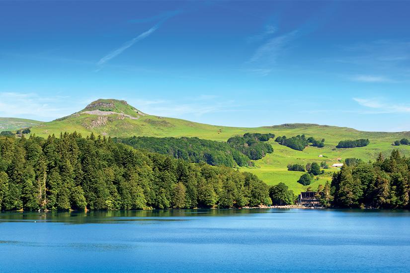 (image) image Paysage du Lac Pavin en Auvergne 63 as_163124261