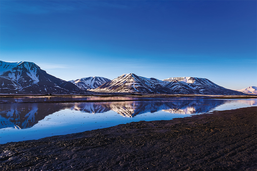 (image) image paysage de l ocean Arctique et reflet avec ciel bleu et montagnes d hiver avec neige Norvege Spitzberg Longyearbyen Svalbard 42 as_159023365