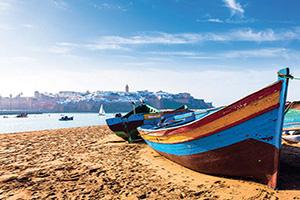 circuit maroc rabat bateaux le long de la plage  it