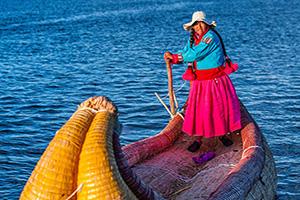perou iles uros lac titicaca peruvian femme  it