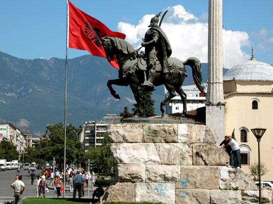 albanie tirana place skanderbeg  fotolia